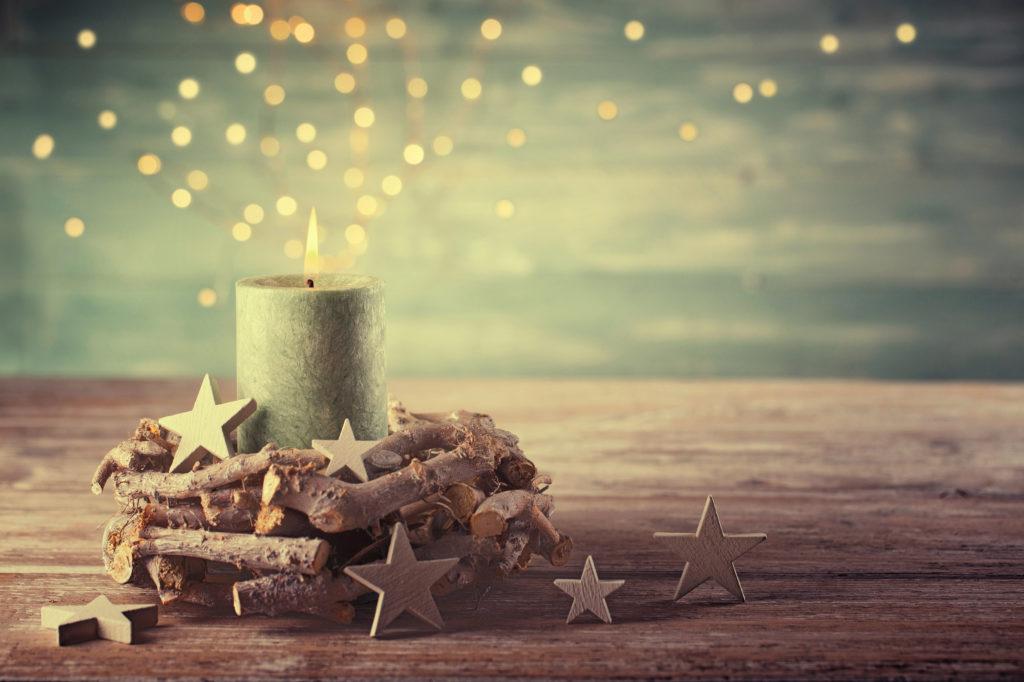 Et lys er tent, stjerner ligger foran.